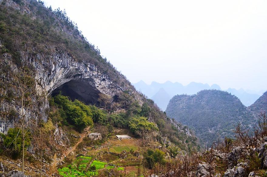 Гигантская пещера в Китае_ в которой поместилась целая деревня на 100 человек (1)