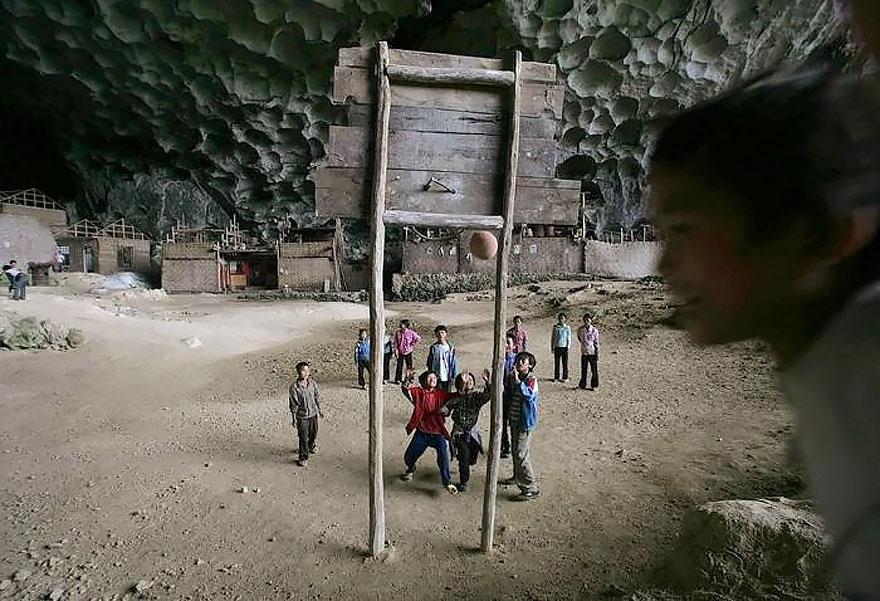 Гигантская пещера в Китае_ в которой поместилась целая деревня на 100 человек (6)