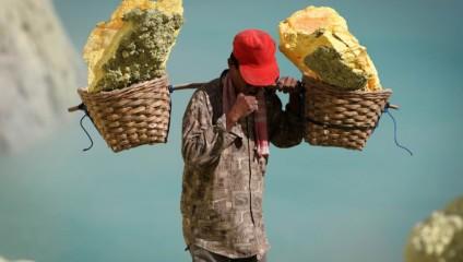 Добыча серы в Индонезии: фоторепортаж с вулкана Иджен