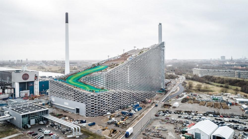 Лыжный склон на датском мусоросжигающем заводе (1)