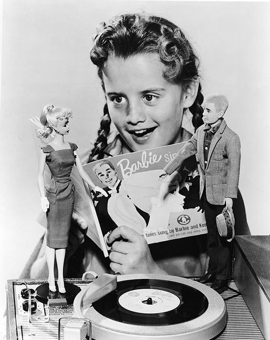 Маленькая Барбара Хэндлер играет в куклу Барби.
