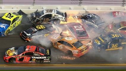 Гонка NASCAR закончилась массовой аварией: фото и видео