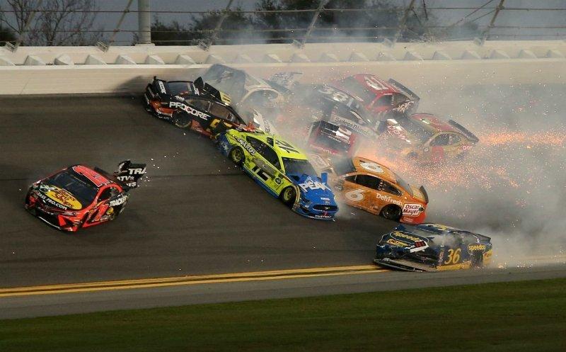 Массовая авария на гонке NASCAR с участием половины пелетона_3 фото _ 1 видео_ (2)