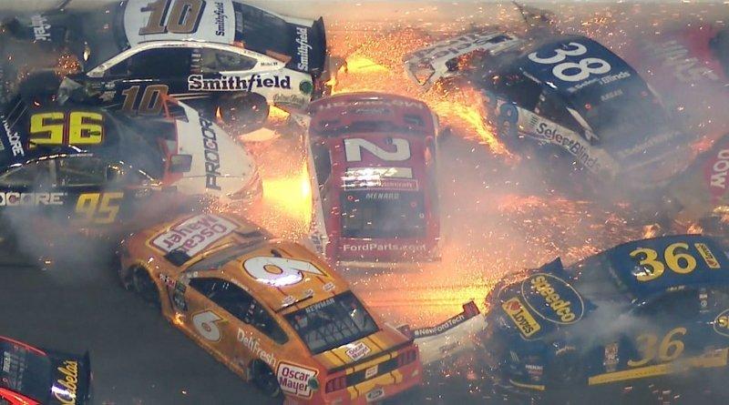 Массовая авария на гонке NASCAR с участием половины пелетона_3 фото _ 1 видео_