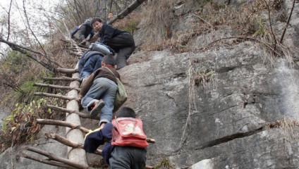 Как китайские дети ходят в школу: самая опасная в мире дорога