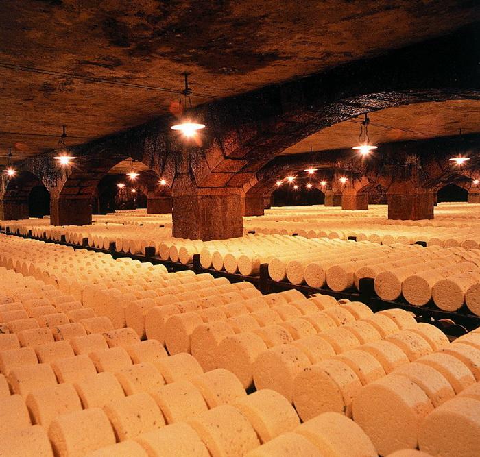Процесс производства во Франции сыра рокфор по старинным рецептам (4)