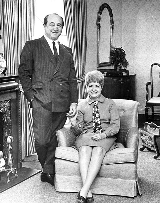 Рут и Эллиот Хендлеры позируют для журнала LIFE_ 1968 год.