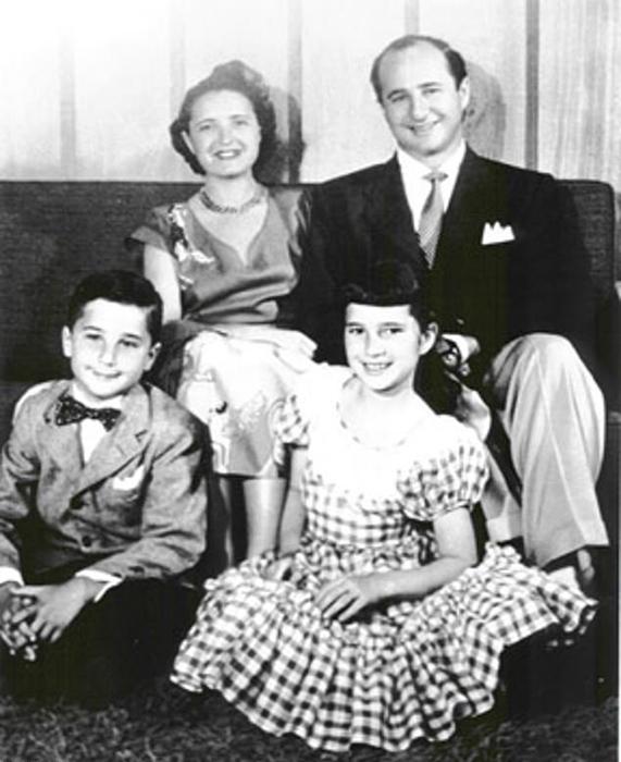 Рут и Эллиот Хэндлеры со своими детьми _ Барбарой и Кеннетом.
