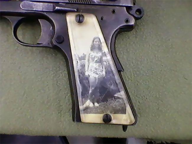 Во время Второй мировой солдаты мастерили рукоятки пистолетов с фото родных (13 фото) (1)