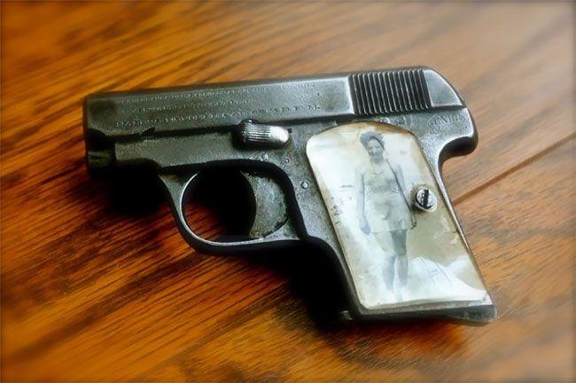 Во время Второй мировой солдаты мастерили рукоятки пистолетов с фото родных (13 фото) (10)