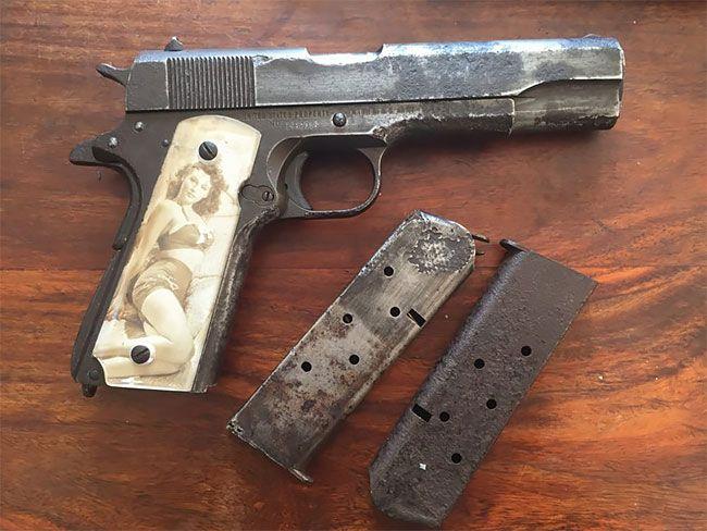 Как солдаты прятали фото близких в рукоятках пистолетов во Вторую мировую войну