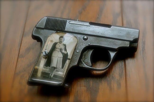Во время Второй мировой солдаты мастерили рукоятки пистолетов с фото родных (13 фото) (9)