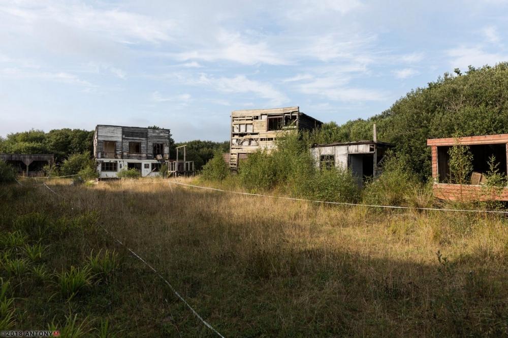 Фото из заброшенного парка «Дикий Запад» в Великобритании