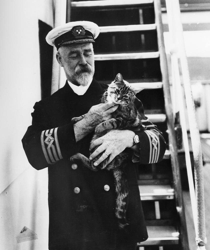 Раритетное фото 1920-х годов: капитан лайнера с котом