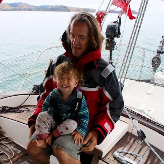 На одной волне_ супруги путешествуют в открытом море уже 8 лет и за это время родили троих детей (13)