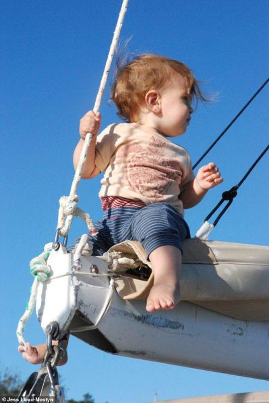 На одной волне_ супруги путешествуют в открытом море уже 8 лет и за это время родили троих детей (14)