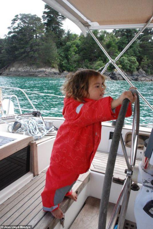 На одной волне_ супруги путешествуют в открытом море уже 8 лет и за это время родили троих детей (5)
