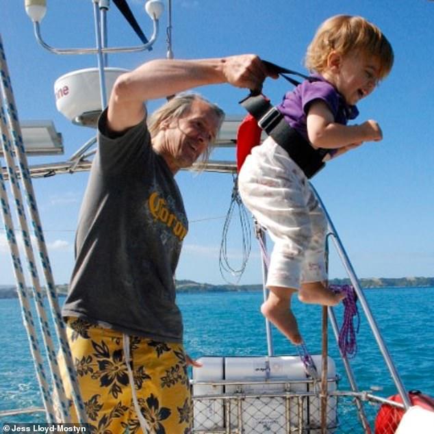 На одной волне_ супруги путешествуют в открытом море уже 8 лет и за это время родили троих детей (6)