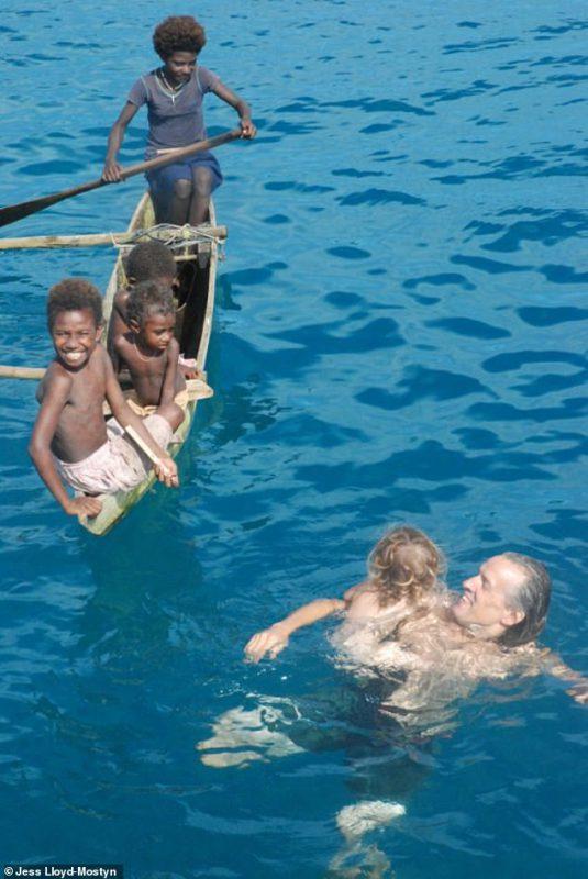 На одной волне_ супруги путешествуют в открытом море уже 8 лет и за это время родили троих детей (7)