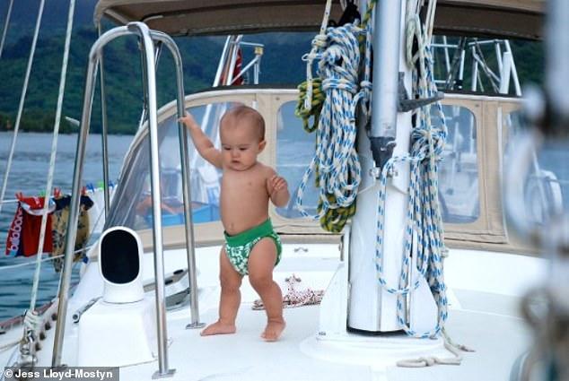 На одной волне_ супруги путешествуют в открытом море уже 8 лет и за это время родили троих детей (9)