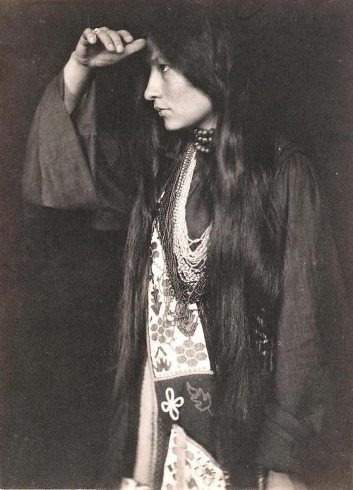 Американская индейская писательница из племени янктон-сиу Зиткала-Ша, 1898 год.