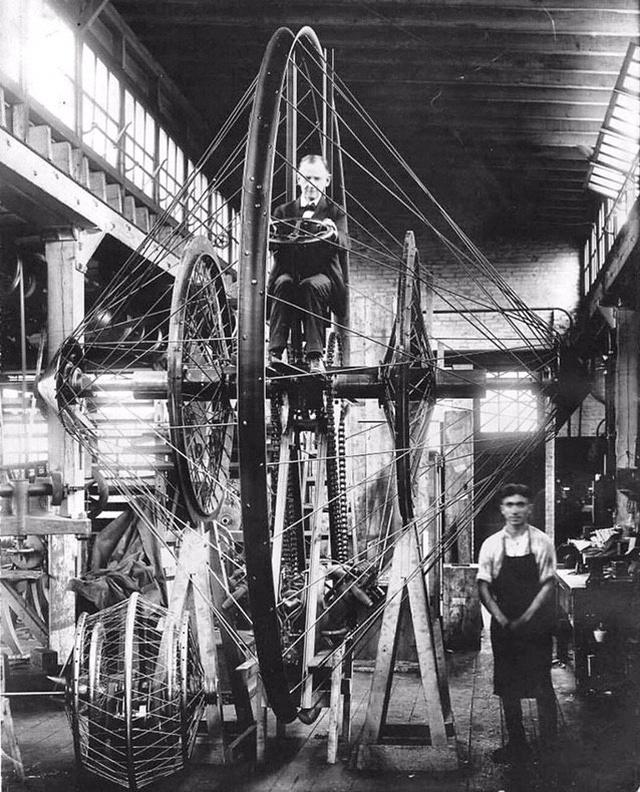 Профессор Кристи за рулем своего гигантского моноцикла, Огайо, 1920 год.