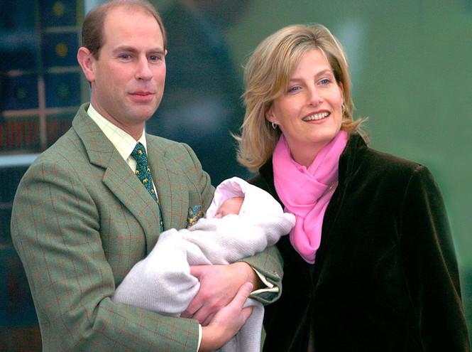 Cофи с мужем и дочкой Луизой, которой 2 недели от роду, ноябрь 2003 года