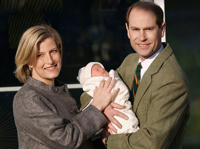 Граф и графиня Уэссекские с новорожденным Джеймсом на ступенях больницы Фримли-Парк, 20 декабря 2007 года