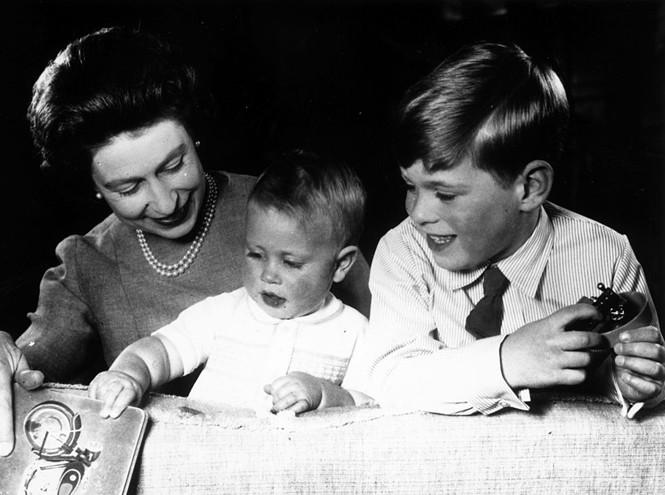 Королева Елизавета II играет с принцами Эдуардом и Эндрю, Букингемский дворец, 1965 год