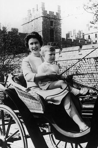 Ее Величество с сыном Эндрю в окрестностях Виндзора, 24 сентября 1962 года