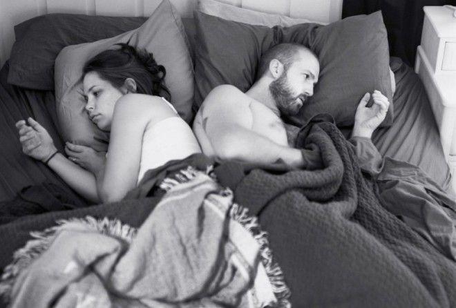 Фотограф стер телефоны со снимков, чтобы продемонстрировать насколько мы отдалились друг от друга
