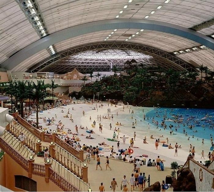 Огромный крытый аквапарк. | Фото: Onedio.