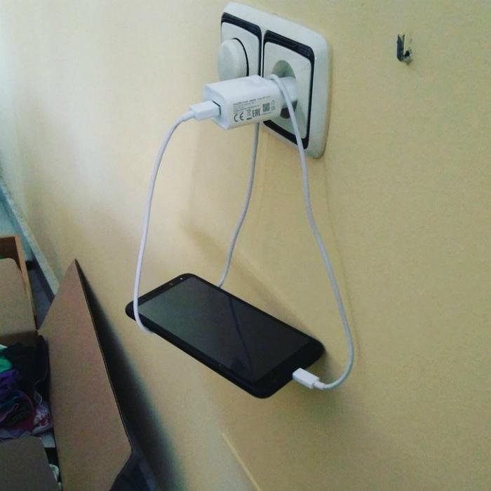 Предлагаем назвать это гениальное изобретение «Виселица для смартфона»