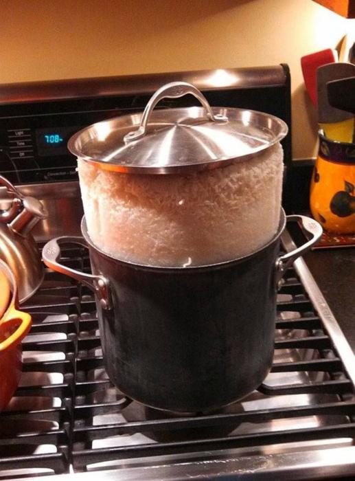 «Рис как-то пугающе выглядывает из кастрюли... Как бы он не захватил мою кухню!»