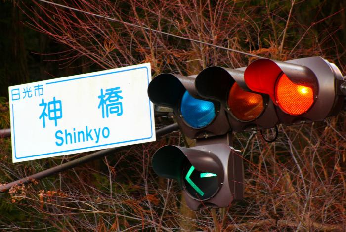 Синий сигнал светофора в Японии. / Фото: mountainstyle.co.