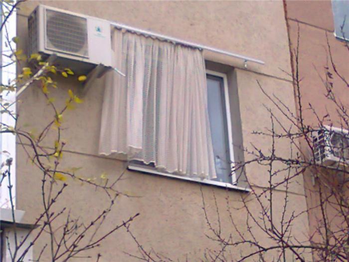 «Представляете, насколько сложные у нас жилищные условия! Даже штору пришлось за окно отселить!»