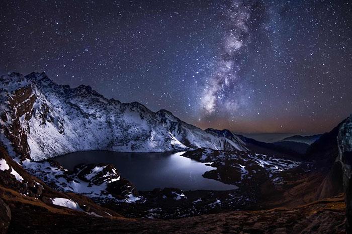 Высокогорное озеро Госаикунда, Гималайские горы, Непал, снятое свысоты 4400м, вместе сМлечным путем вночном небе. Фото: Евгений Самученко.