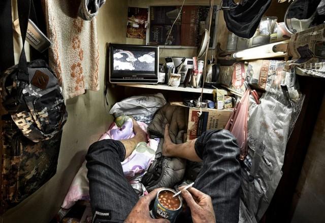 Гонконг: жизнь в «клетках-гробах» в фотопроекте Бенни Лэма
