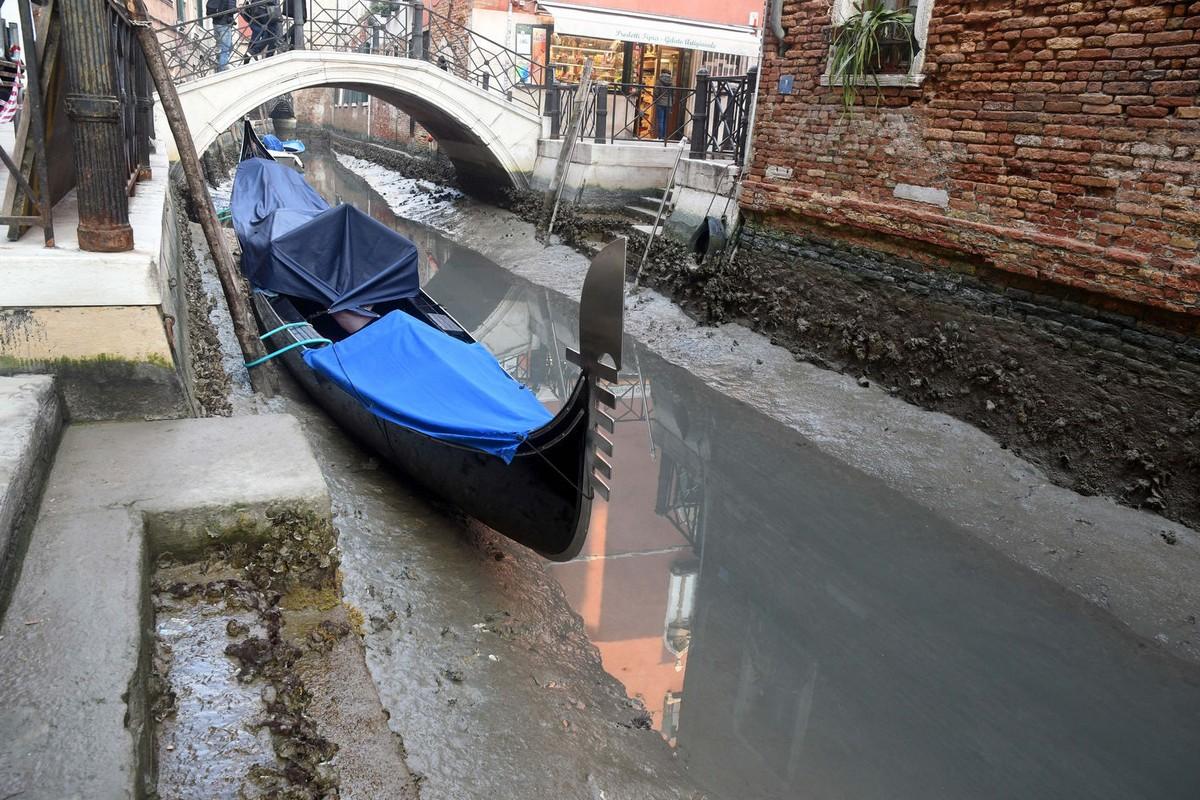 Двухмесячные рекордные наводнения оставили свой «след» в Венеции